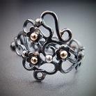 Pierścionki srebrno-złoty pierścionek z florystycznym motywem
