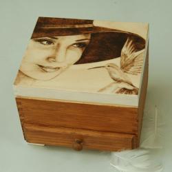 pirografia,kobieta,kapelusz - Pudełka - Wyposażenie wnętrz