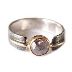 fakturowana obrączka z diamentem - Pierścionki - Biżuteria