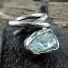 Pierścionki Masywny pierścionek z surowym akwamarynem