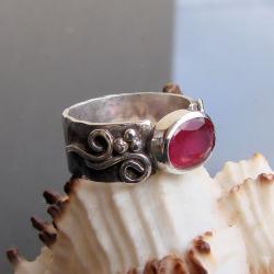 oryginalny,efektowny,z rubinem - Pierścionki - Biżuteria