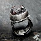 Pierścionki Srebrny pierścionek z surowym granatem