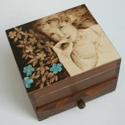 pirografia,szkatułka,kobieta,kwiaty - Pudełka - Wyposażenie wnętrz