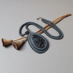 naszyjnik,długi,z larvikitem,grafitowy,haft - Naszyjniki - Biżuteria