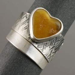 srebrny pierścionek z bursztynowym serduszkiem - Pierścionki - Biżuteria