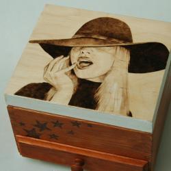pirografia,wypalane na drewnie,kapelusz - Pudełka - Wyposażenie wnętrz
