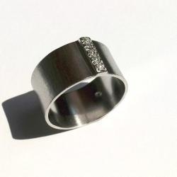 pierścionek,masywny,cyrkonie,rodowany - Pierścionki - Biżuteria