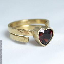 serce,granat,złocony,młotkowany,prosty,elegancki - Pierścionki - Biżuteria